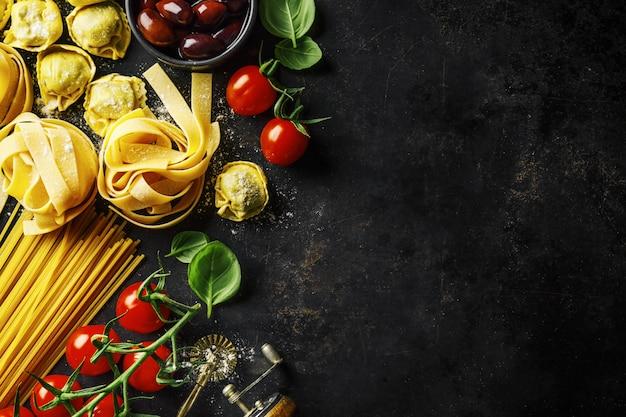 Italienischer lebensmittelhintergrund auf dunkelheit