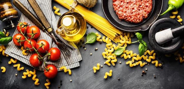 Italienischer lebensmittelhintergrund mit zutaten