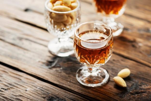 Italienischer likör amaretto in gläsern