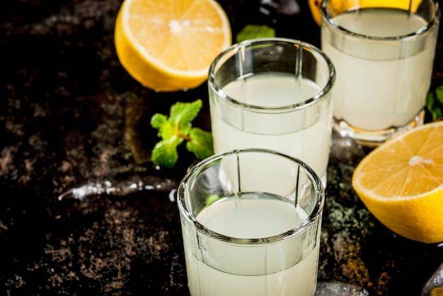 Italienischer likör limoncello