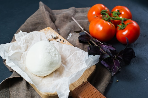 Italienischer mozzarellakäse, tomaten, basilikum. zutaten für caprese-salat.