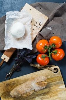 Italienischer mozzarellakäse, tomaten, basilikum.