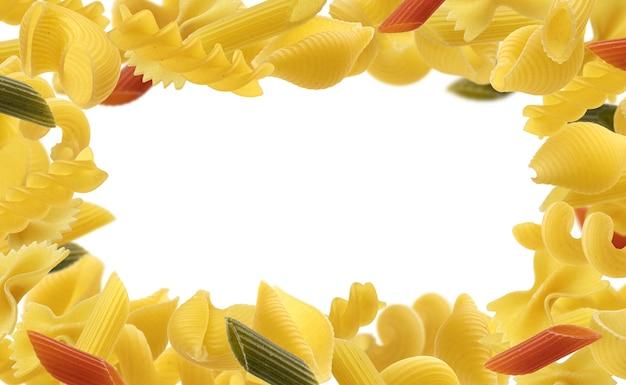 Italienischer nudelrahmen für menüentwurfsschablone, rohe nudeltypen lokalisiert auf weiß
