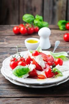 Italienischer salat caprese mit tomaten und mozzarella