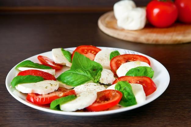 Italienischer salat caprese