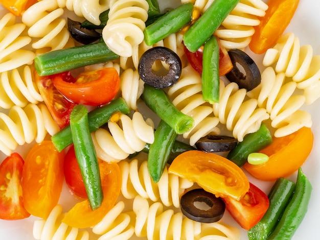 Italienischer salat mit fusillipastetomaten