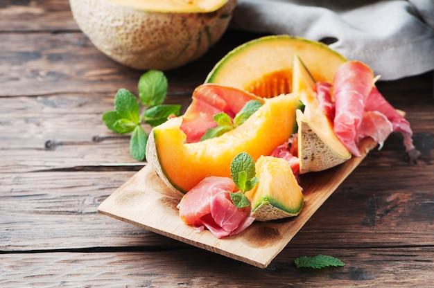 Italienischer schinken mit süßer melone