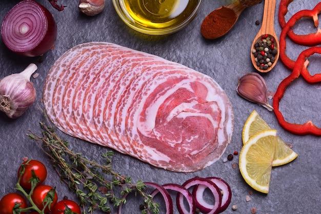 Italienischer speck mit gewürzen und gemüse