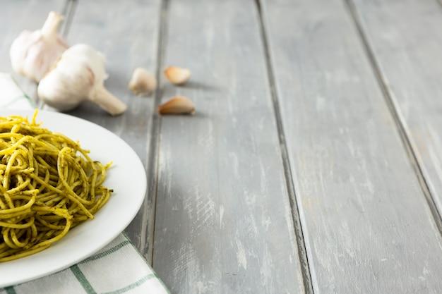 Italienischer teigwarenteller mit knoblauch