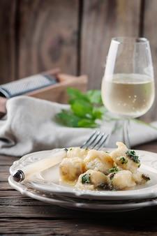 Italienischer traditioneller kabeljau mit zwiebeln und petersilie