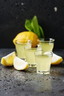 Italienischer traditioneller likör limoncello mit zitrone