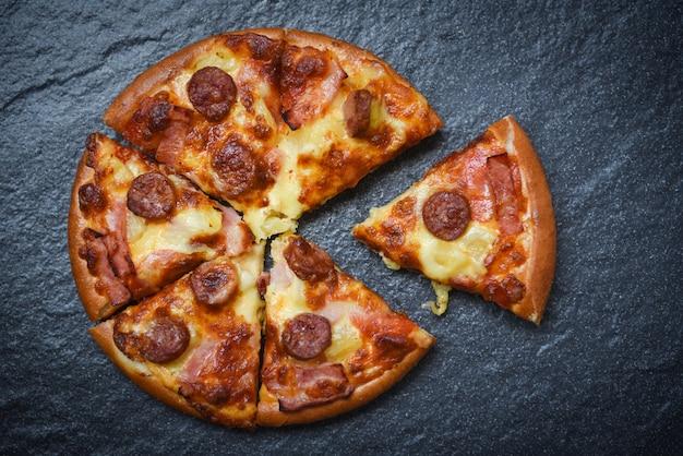 Italienischer traditioneller pizzakäse des köstlichen geschmackvollen schnellimbisses mit mozzarella, geräucherter schweinefleischwurst, ananasschinken