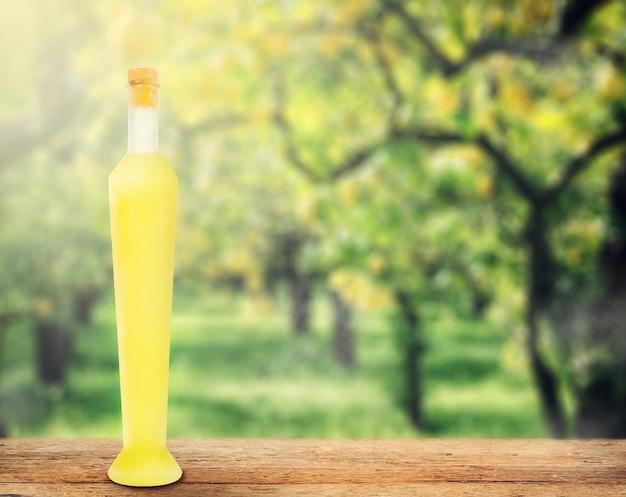 Italienisches alkoholisches getränk, limoncello.