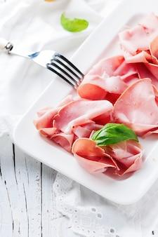 Italienisches antipasti mit mortadella von bologna