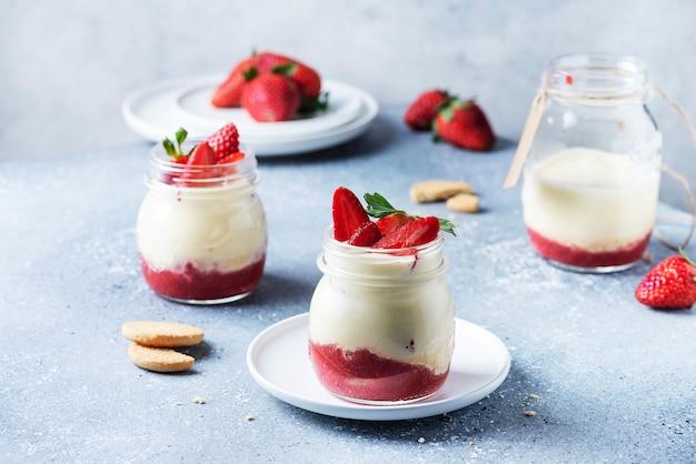 Italienisches dessert-tiramisu mit erdbeere