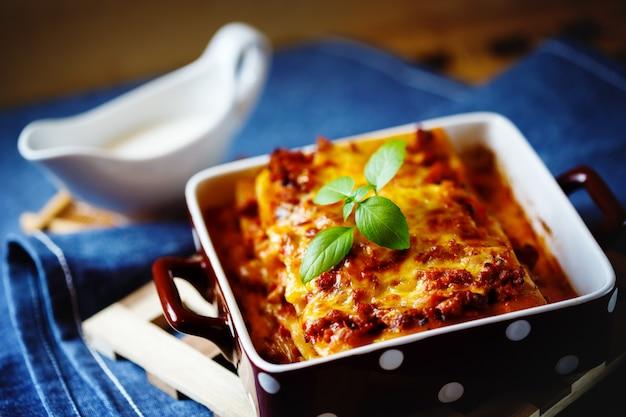 Italienisches essen. lasagne-teller.