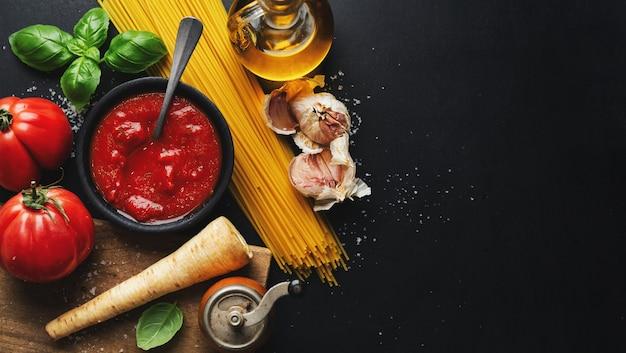 Italienisches essen mit gemüse und tomatensauce. ansicht von oben.
