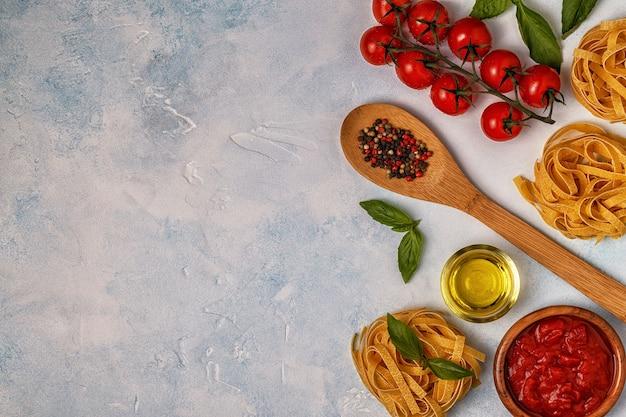 Italienisches essen mit pasta, gewürzen und gemüse