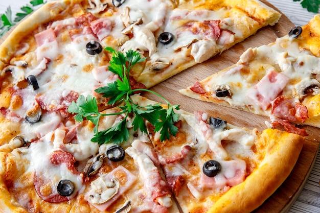 Italienisches fast food. leckere heiße pizza in scheiben geschnitten