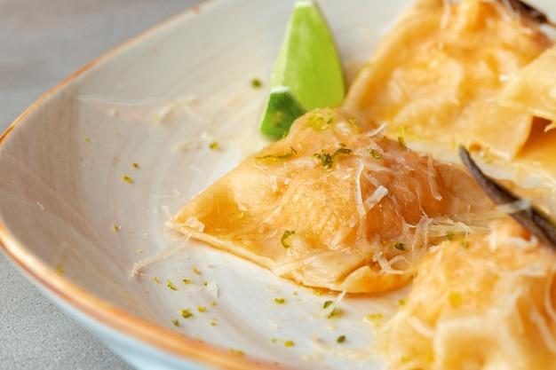Italienisches gericht ravioli mit parmesan in einem teller