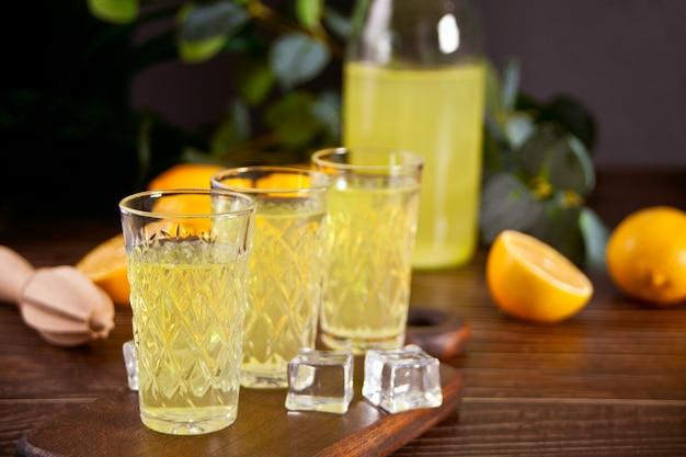 Italienisches getränk zitronenlikör limoncello in gläsern