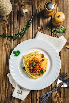 Italienisches lebensmittelnudeln bolognese-rindfleisch auf einem holz