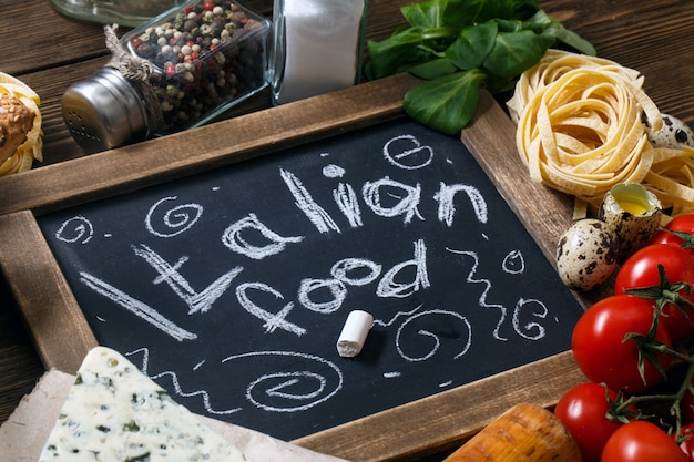 Italienisches lebensmittelrezept auf rustikalem holz