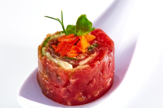 Italienisches rindfleisch-gourmet-tartar mit gemüse. mediterrane küche.
