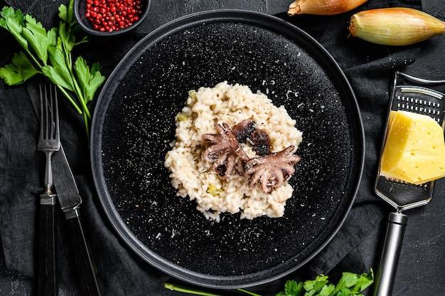 Italienisches risotto mit tintenfisch und pilzen