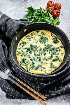 Italienisches spinat-käse-omelett