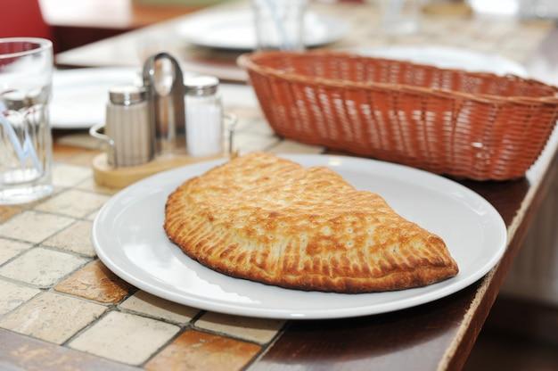 Italienisches torte calzone auf einer platte