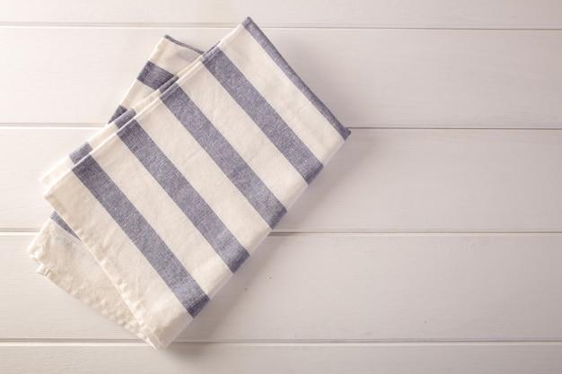 Itchen stoff (serviette) auf weißer tabelle