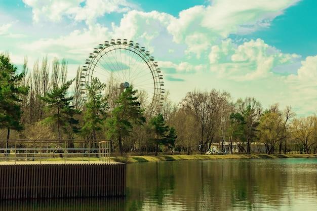 Izmailovsky park moskau russland teichblick auf großes riesenrad
