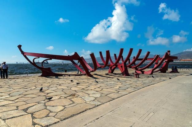 Izmir, türkei - küstenstadtbild mit modernen gebäuden und schiffen. zentraler teil der stadt izmir, türkei