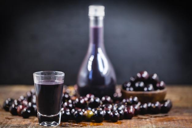 Jabuticaba-likör, in südamerika beheimatete frucht