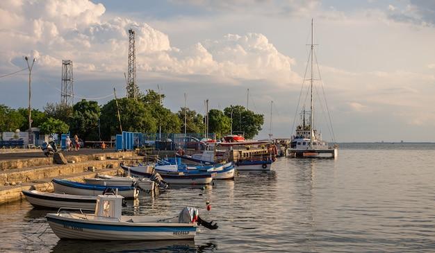 Jachthafen im erholungsort von nesebar, bulgarien