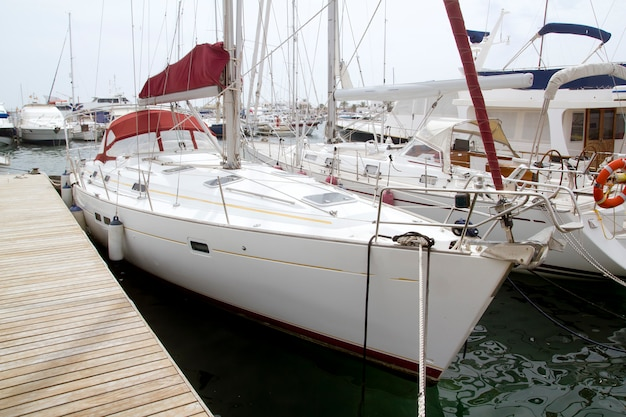Jachthafensegelboote in formentera-balearen