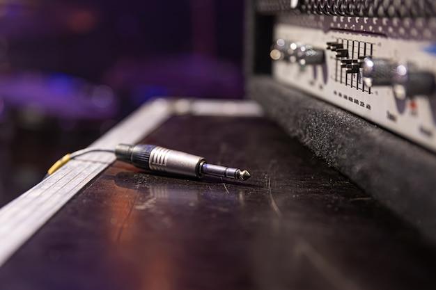 Jack audio-anschluss wird an eine buchse eines audiogeräts für musik und audio angeschlossen.