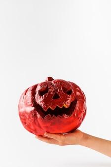 Jack lantern halloween rot in der hand eines kindes auf einem weißen hintergrund happy halloween copy space