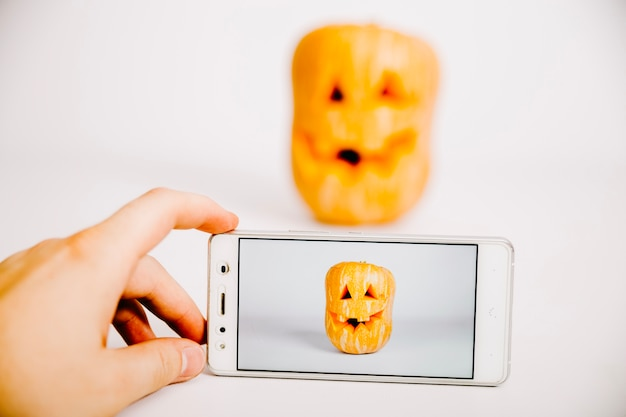 Jack-o-laterne auf smartphone-bildschirm