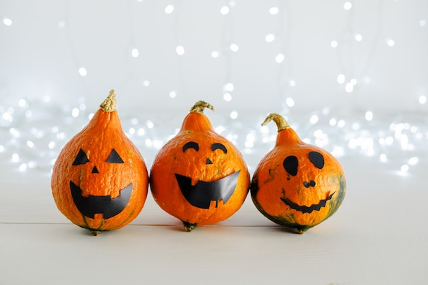 Jack-o-laterne kürbis glückliche lustige gesichter mit verschwommenen lichtern. fröhliches halloween