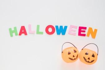 Jack-O-Laternen-Körbe in der Nähe von Halloween-Schriftzug