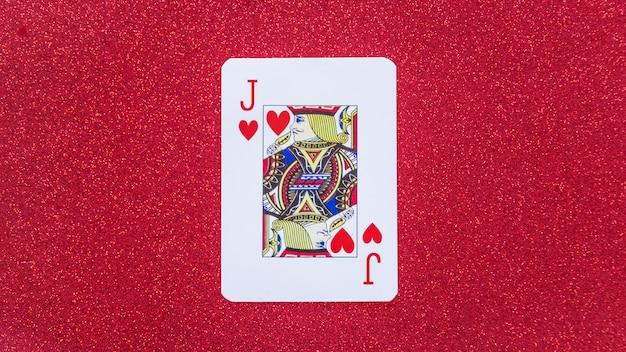 Jack of hearts spielkarte auf dem tisch