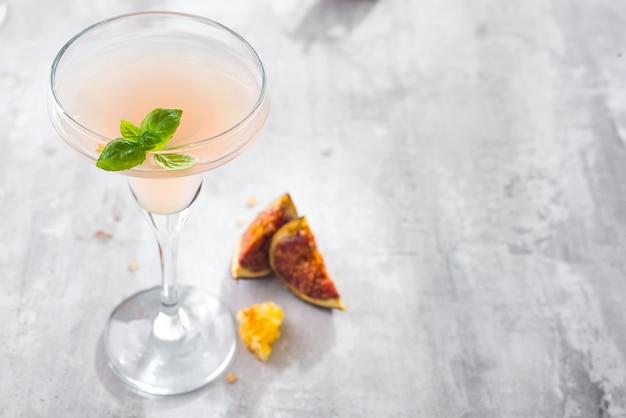 Jack rose cocktail mit feigen und honig auf hellem hintergrund über fenstern, ebenenlage mit kopienraum