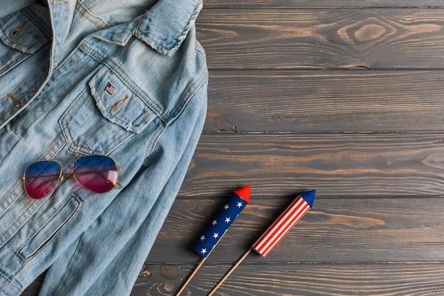 Jacke, sonnenbrille und feuerwerk auf dem tisch