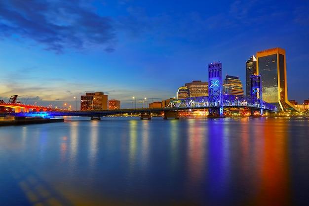 Jacksonville-skylinesonnenuntergangfluß in florida