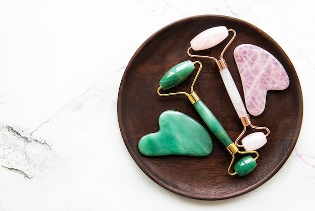 Jade-gesichtsrollen für die schönheits-gesichtsmassagetherapie.