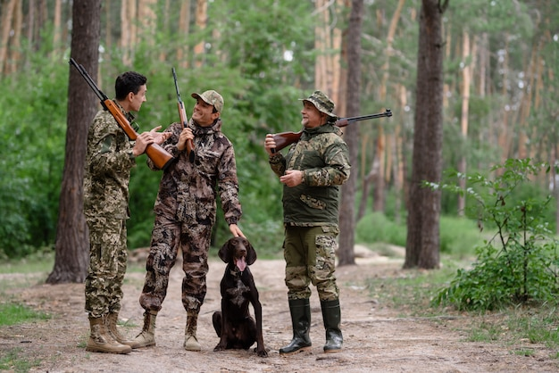Jäger, die unter kiefern sprechen und lachen.