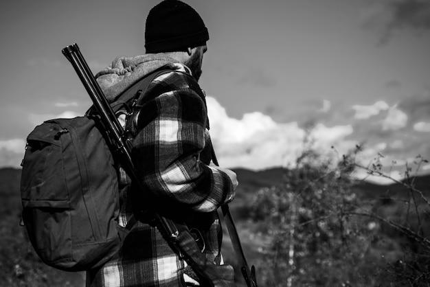 Jäger mit schrotflinte auf der jagd