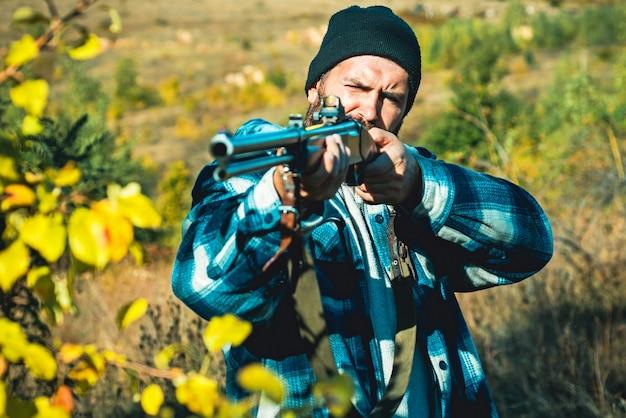 Jäger mit schrotflinte auf der jagd.